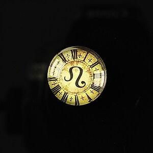 """Cabochon sticla 18mm """"Steampunk zodiac"""" leu cod 121"""