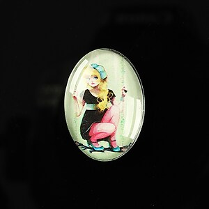 "Cabochon sticla 25x18mm ""Girl next door"" cod 189"