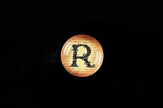 "Cabochon sticla 18mm ""Antique alphabet  - R"" cod 336"