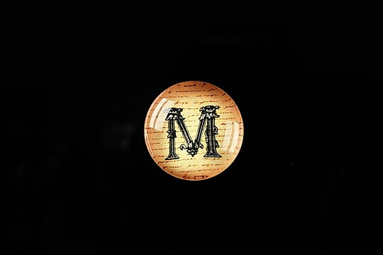 "Cabochon sticla 18mm ""Antique alphabet  - M"" cod 341"