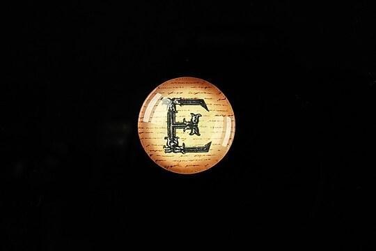 "Cabochon sticla 18mm ""Antique alphabet  - E"" cod 349"