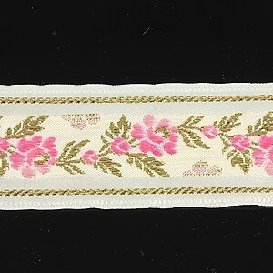 Panglica alba brodata cu trandafiri, latime 3,2cm (1m) - auriu si roz