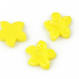 Cabochon rasina floare 17x18mm - galben