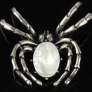 Pandantiv cu brosa argintiu antichizat paianjen si cabochon sidef alb 60x47mm