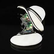 Pandantiv cu brosa paua shell si sidef alb dama cu palarie 53x40mm