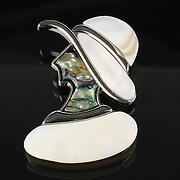 Pandantiv cu brosa sidef si paua shell silueta feminina 54x35mm